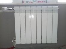 изравнен радиатор на стена